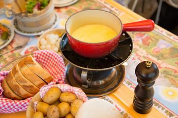 パンがいくらでも食べられちゃうチーズフォンデュ。フォンデュは意外とシンプルなレシピなので、この冬はご自宅でチーズフォンデュを楽しんでみては??