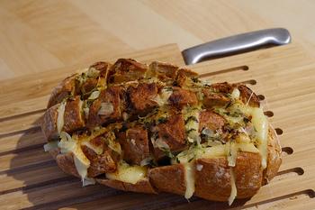 バゲットに切り込みを入れて、間におろしにんにくを塗って、チーズを挟んでトーストするだけ!見た目のインパクトがあって、食べ方も面白い1品。
