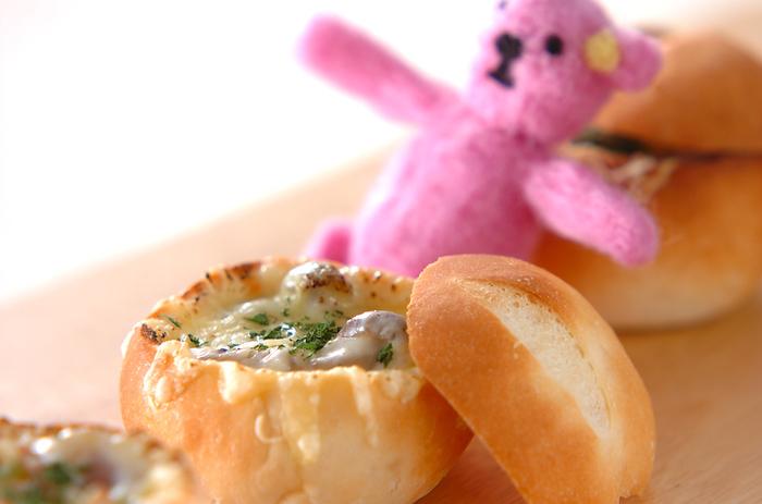 シチューがちょこっと残ってしまったら、翌日の朝食はフランスパンに詰めて、チーズを乗せて、パングラタンにしてみては?また違った味わいが楽しめます。