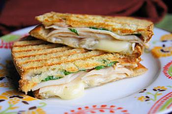 一口かじるとカリッとしてトローッとチーズが伸びる感じ、最高ですよね♪チキン、ハム、タマゴ、トマト、ホウレンソウ、ブロッコリー…挟む具材の組み合わせをアレンジすれば毎日でも飽きません!