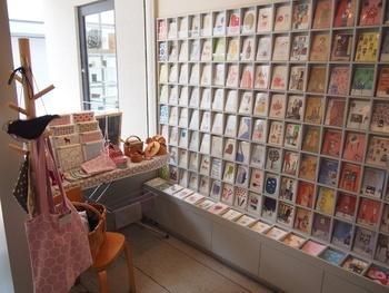 併設ショップにはカラフルなポストカードがたくさん♪お茶をしながら、お気に入りのポストカードにお手紙を書く・・という過ごし方も良いですね。