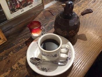 カルチャー誌『relax』の元編集長・岡本仁氏による上田のガイドマップ。上田の魅力が凝縮されたマップです。一冊50円(税込)です!  【画像は『ぼくの上田案内』で紹介されている喫茶店「木の実」のコーヒー】