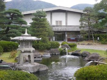 「上田市立博物館」の隣にある「山本鼎記念館」。農民美術や自由が教育を提唱した「山本鼎(やまもとかなえ)」の記念館。鼎の版画や油彩画が展示されています。