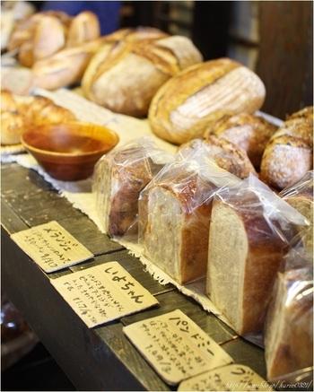 国産小麦で作られた、ルヴァンならではの天然酵母パンが店内に並んでいます。本店の富ヶ谷店同様、量り売りです。