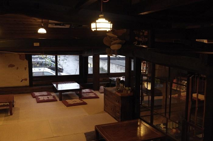 1階奥がカフェ、2階が畳敷きのレストランとギャラリースペース。古民家を改装した店内は雰囲気良くゆったりとくつろげます。