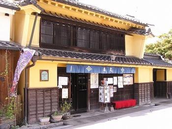 「北国街道柳町」の真中付近にある「森文」は、かつて呉服屋(後に郵便局)だった古民家を改装したカフェ。