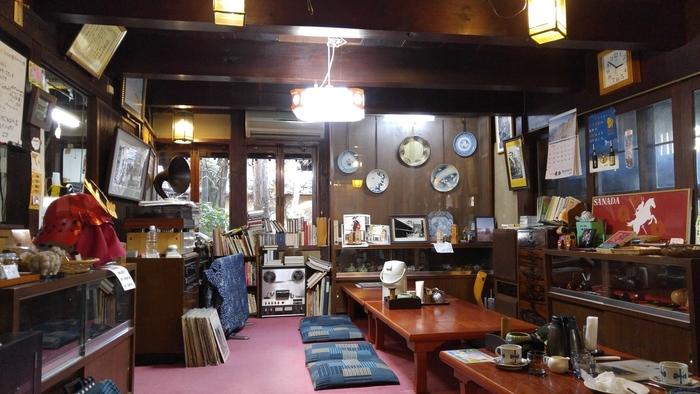 店内は蓄音機や和箪笥など、レトロな品々がたくさん。