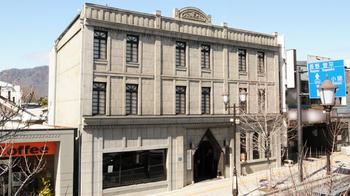 「みすゞ飴本舗飯島商店」は、上田駅から徒歩2分の老舗の菓子屋さん。大正12年に建てられた重厚な本社ビルは、国指定の登録有形文化財です。