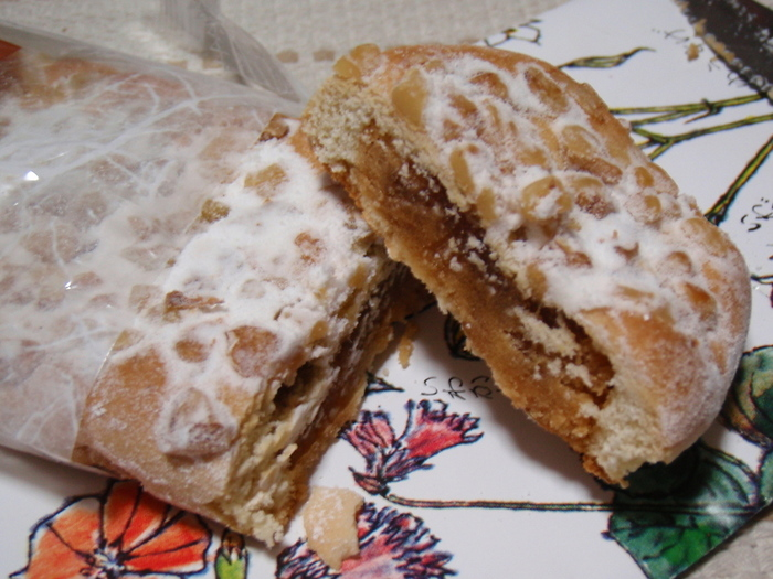 餡をそば粉の皮で包んだお菓子です。クルミの食感と風味が堪らない美味しさ。