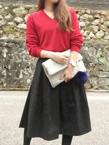 袖の長さのゆるゆる感や全体にゆったりシルエットなのが◎なニットは、なんとメンズの赤!フレアスカートのボリューム感にもぴったりですね。