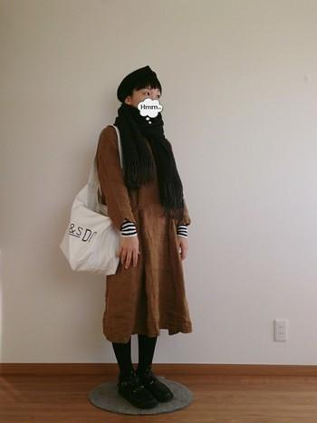 シンプルな白は暗くなりがちな冬の装いに丁度いい軽さを添えてくれます。ビックサイズが今っぽい。