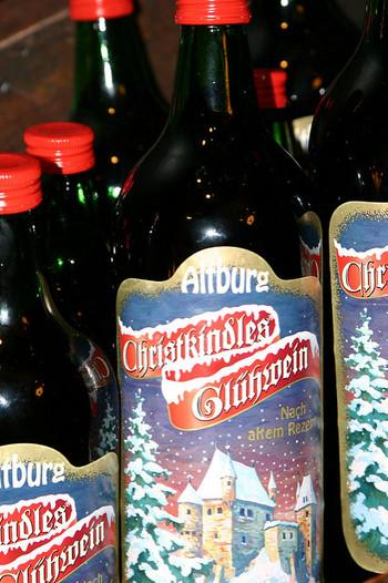 ドイツの冬のホットドリンク、グリューワイン(ホットワイン)。  赤ワインにオレンジやレモン、スパイスやハーブを漬け込んだグリューワインが瓶詰めになっています。 甘口でアルコール度数は低めです。  ハチミツやジンジャーシロップを加えたり、お好みのジュースで割ったり、もっと強いお酒(ブランデーなど)と混ぜたり、いろんなアレンジも楽しめます!