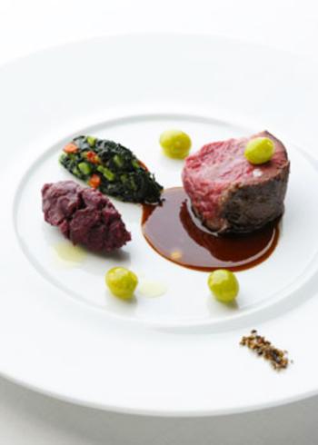 料理も味だけでなく、一皿一皿が美しさにあふれています。確かな料理とサービスから、「ミシュランガイド東京・横浜・湘南2014」で☆を獲得するほどのお店です。