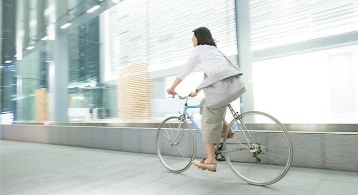 ポケットと蓋が付いて、自転車等アクティブな動きでも安心して使えるショルダーバッグ。もちろん街歩きにも。