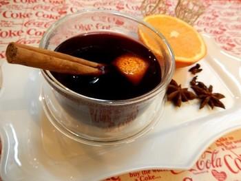 クローブ ナツメグ シナモン アニスなどのスパイスをたっぷり入れたホットワイン。オレンジ ゆずなどの柑橘系の香りも爽やかなアクセントに!イタリアではレモンを入れて作るのがポピュラーですが、こちらのレシピでは日本の柑橘系の代表ゆずの香りをつけています。ほのかにはちみつの甘さも加え、飲みやすく、体の芯から温まる一杯です。