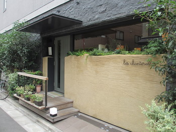 シンプルで洗練されたエントランスが象徴的なフレンチレストラン。