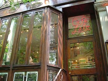 撮影は主にニューヨークのマンハッタンで行われました。 写真は「Cafe Lalo(カフェ・ラロ)」。キャスリーンがバラとジェーン・オースティンの本を目印に、メール相手を待っていたお店です。