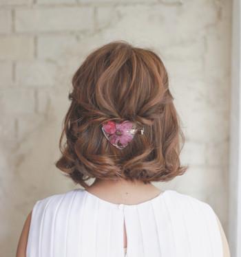 両サイドの耳上の髪を後ろにねじって、バレッタなどお気に入りのヘアアクセで留めるだけのハーフアップ♪ ワックスを揉み込んで髪全体をクシャッとしておくとナチュラルに仕上がります。