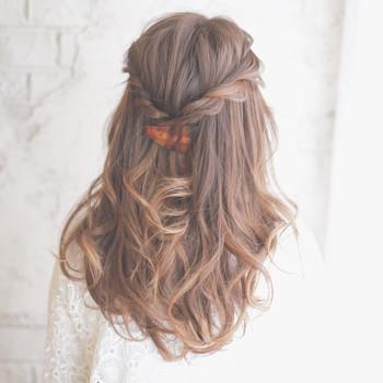 耳上の髪を両サイドくるくるロープ編みにして後ろでバレッタで留めるだけ♪ カーラーを使って毛先を少しクセづけするとより雰囲気のある仕上がりになりますよ。