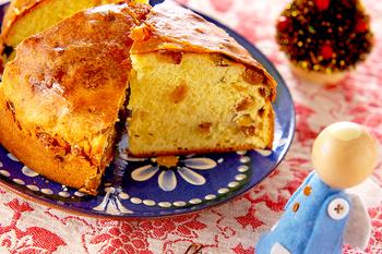 イタリアのクリスマスのデザートは、伝統的で素朴なお菓子。定番は「パネトーネ」。ブリオッシュ生地の中に、レーズン、オレンジピールなどお好みのドライフルーツを入れて、焼き上げた大きなパン菓子です。このシンプルなお菓子がなかなか癖になって止まらない...。お腹がいっぱいでもついつい手が伸びてしまいます。