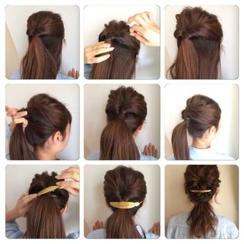 耳上の髪をハーフアップにしてくるりんぱしたらトップの髪を少し引き出して崩します。 襟足の髪と一緒にひとつ結びにしたら完成♪