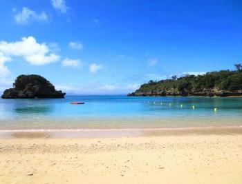 写真は、4月初めに海開きされる「伊計島」のビーチ。透明度が高いことで知られます。伊計島へは「沖縄北IC」から「海中道路」を使って車で行くことができます。