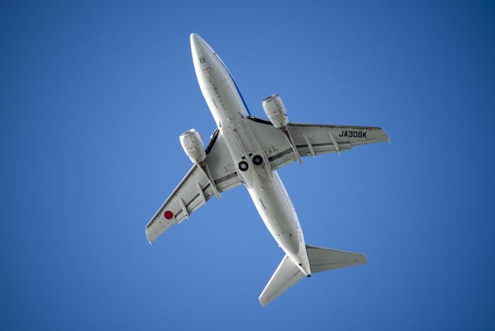 飛行機のおなかが見られる貴重な場所です。大きな機体と轟音は、迫力そのもの。飛行機好きならずともぜひ行ってみたいですね。ちなみに、瀬長島のビーチは地元の人々がバーベキューなど楽しんでおり、とても気さくな雰囲気です。