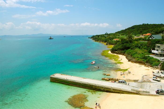 瀬底ビーチのほかに、橋に近い「アンチ浜」も海がとても美しく人気があります。瀬底島には、おしゃれなカフェなどもありますので、島内をのんびり巡ってみるのもおすすめです。