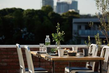 お庭やベランダで。 一番手軽にピクニックできる場所ですね。見慣れた景色も新鮮に感じます。準備や片づけがしやすいメリットもあります。