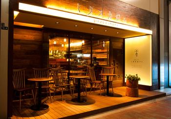 赤坂の高級懐石料理店・紀の川を運営する会社が銀座に出店した和カフェ。テラス席もある、スタイリッシュなお店です。