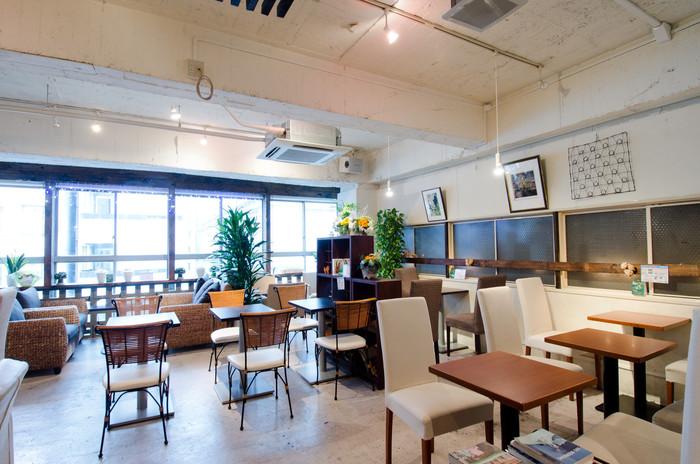 隠れ家カフェにふさわしい落ち着いた雰囲気の店内は、ゆったりとした空気が流れています。座り心地の良いソファに身をあずけると、都会の喧騒から離れてゆったりと過ごすことができます。