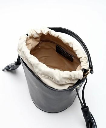 上質なイタリアの革を使用したCHRISTIAN VILLA (クリスチャン ヴィラ)のバッグは、フリンジが個性的。小ぶりなので、フォーマルシーンでも活躍しそう。