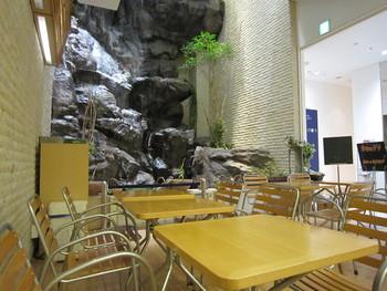 店内には、何と地下でありながら、滝が流れています。マイナスイオンに満たされた空間は、美しくなれる要素がたっぷり。