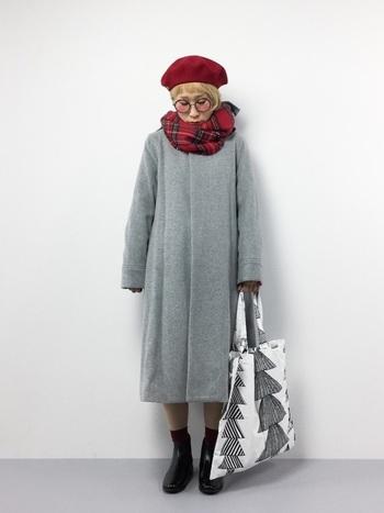 コートをワンピース風に着て、チェックストールをアクセントにしています。チェックストールなど小物や色使いで着こなしに変化をつけましょう。