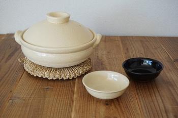 これぞ土鍋!といった感じのざらりとした素朴な手触りと丸みを帯びた形がいい感じ。この伊賀焼の土鍋は蓄熱と保温に優れているのが特徴です。食材の旨味を引き出して味もまろやかに仕上げるとか。ご飯炊きの他にもお鍋料理や煮込み料理にも使える基本の土鍋です。