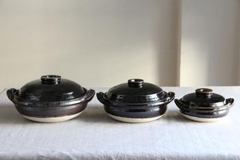 鍋を使う料理といえば鍋料理を思い浮かべますよね?でも土鍋は1年中活躍する調理器具です。この土鍋は伊賀の土をほとんど生成せずに粗いままろくろを使って伝統工芸師の手で作られたもの。 土と同じ伊賀の釉薬をかけたこの土鍋は耐火度が高く、素地に細かな気泡があるので食材の芯まで火が通り、旨味を逃さないのです。