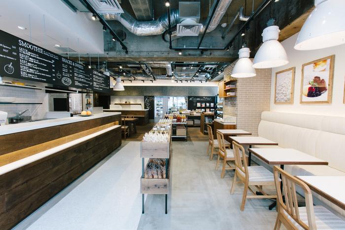 海外のカフェのようなおしゃれな雰囲気のカフェは、居心地バツグン。カウンターでオーダーすると、フルーツジュースなどはその場で生から作ってくれます。