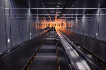 52階までは、シースルーエレベーターでテーマパークのアトラクションさながらの急上昇!そして、53階からは長~~~いエスカレーターを利用します。その全長、なんと42m!ちょっと、クラクラしそうです。 「お向かいのUSJにも、負けへん迫力!」かも……しれません?