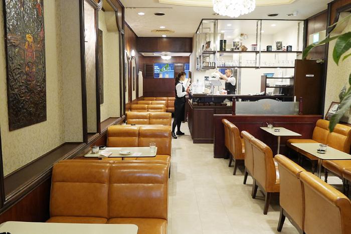 店内は、古き良き喫茶店らしい、レトロモダンな雰囲気。ゆったりとくつろげるソファ席は、コーヒーを心ゆくまで楽しめ、居心地もバツグンです。