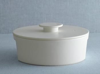 今までの土鍋とはちょっと違う印象を与えます。和でも洋でも自然にあっちするシンプルで機能的なデザインがちょっとおしゃれに感じますよね。こちらの土鍋は「瀬戸物」という名前の由来にもなった愛知県瀬戸市の土を使った陶磁器の鍋です。