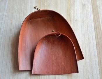 「はりみ」とは、和紙で作られたちりとりのこと。外枠に竹ひごを沿えて強度を増し、表面には柿渋を塗ってあります。プラスチックのように静電気が起きないため、集めたゴミが表面に貼り付いてしまうことがありません。