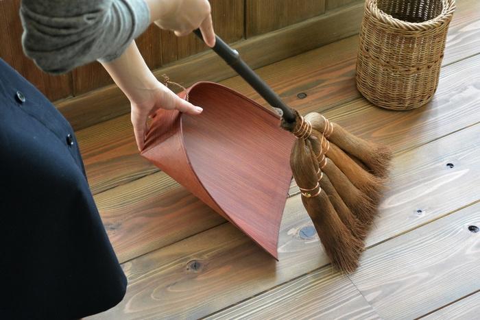 はりみの特徴は、間口が柔軟にしなること。床に押し付けるとちょうどよくフィットして、細かいゴミもきれいにキャッチします。伝統的な技が光る、日本独自の掃除道具です。