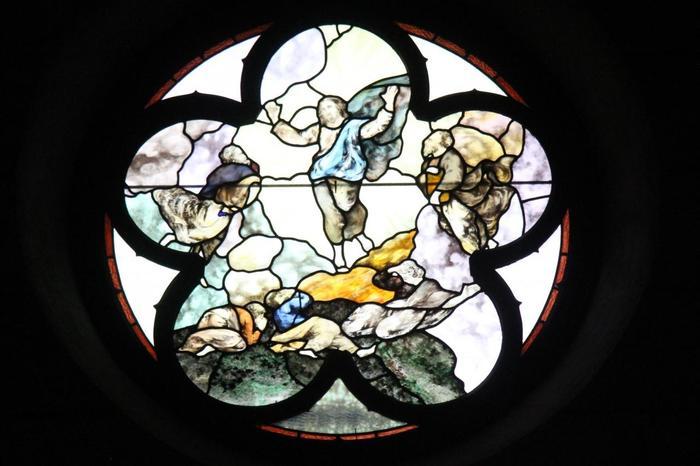 イエス・キリストの姿を描いた丸いステンドグラスです。シンプルだからこそ神々しい輝きを放っています。