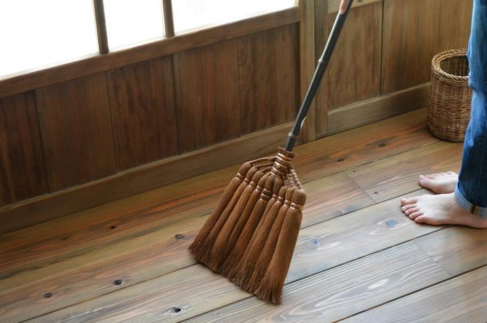 長柄ほうきは床の掃き掃除にぴったりのサイズ。メーカーによって多少異なりますが、大体120cmくらいの長さが一般的です。腰をかがめる必要がないので、体も楽チンですよ♪