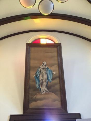 入り口上に飾られているこちらの日本画のマリア様も素敵ですね。