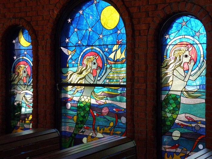 参列する子供達もとても喜びそうなこれらのステンドグラスは勿論、藤城清治さんの絵のイメージです。