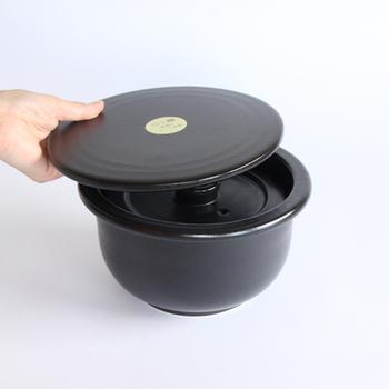 土鍋のご飯は美味しいとわかっていてもなかなか直火で炊くのには抵抗が…。そんなあなたには電子レンジで炊けちゃう土鍋をご紹介します。TOJIKITONYA(トウジキトンヤ)のご飯釜 二合炊です。この土鍋は、ちょっと高級感もあり、マイクロ波に反応して高温になる釉薬を使用しているので、電子レンジでも美味しいご飯が炊けるのです。