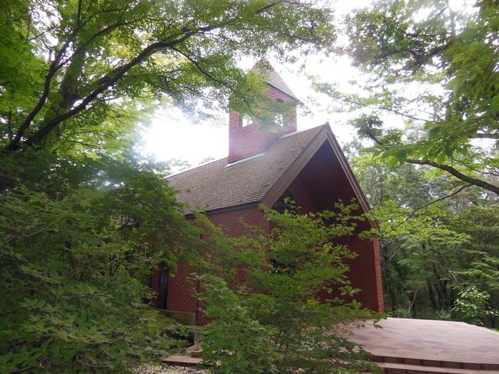 こちらは藤代清治美術館の森の中にあるとても可愛らしい教会です。もちろん結婚式も可能。おとぎの国にある教会のようですね。