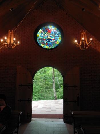 女の子ならおとぎの国の結婚式に一度は憧れますが、こちらはまさにその夢を叶えてくれる教会です。
