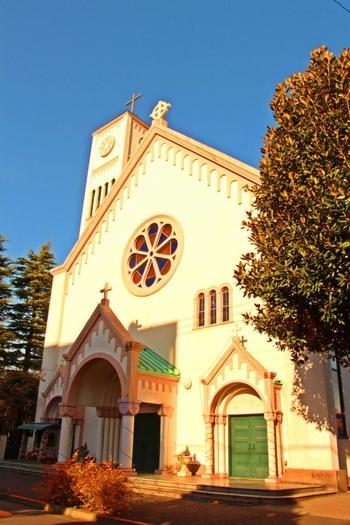 目黒の住宅地にあるこちらの教会は、白い外観の柔らかいイメージです。高い鐘楼が近隣のシンボルです。